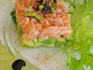 Tartare de saumon a l avocat et aux pistaches